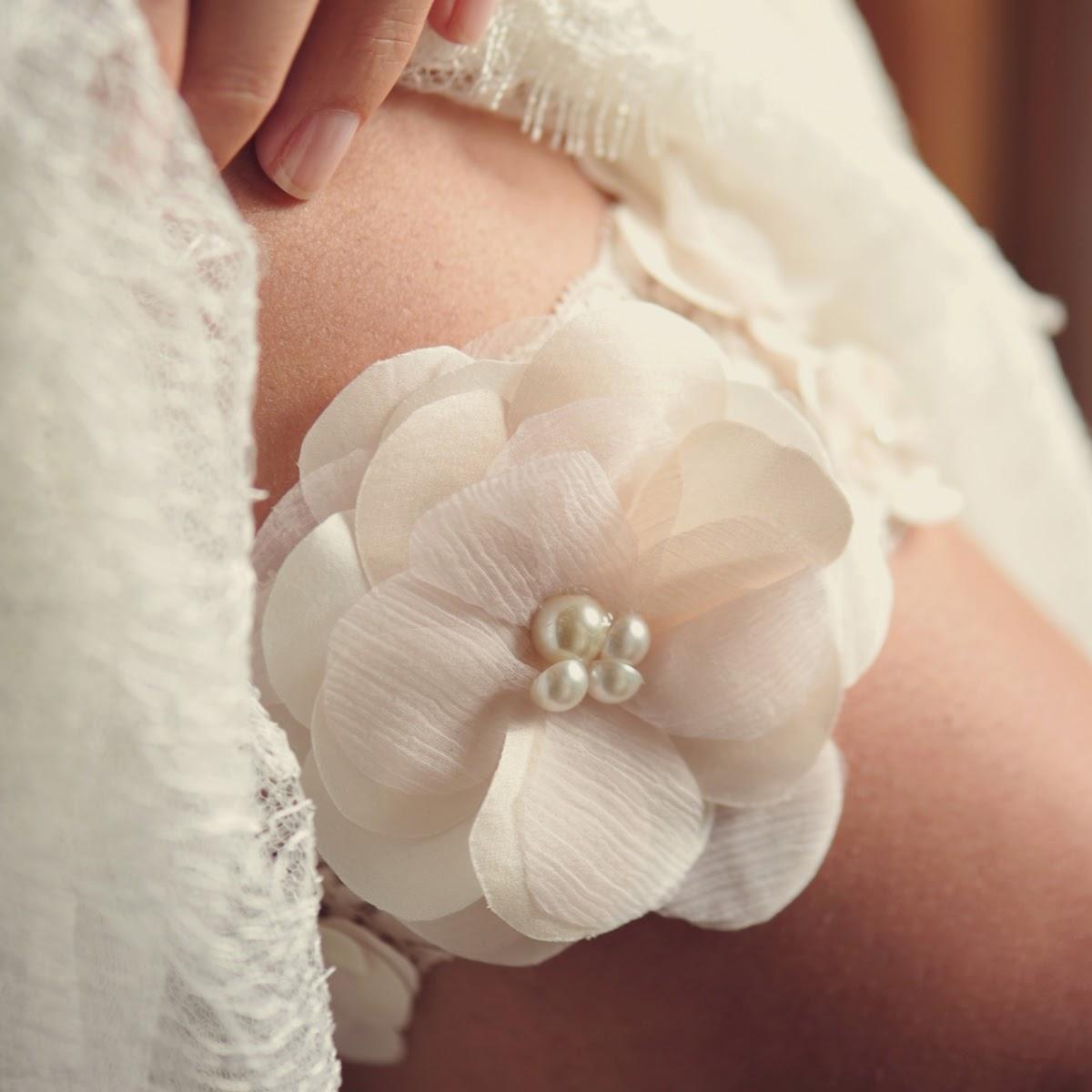 06d19d6c2 Atelier Mercedes Alzueta  Tradição da cinta-liga para noivas em seu ...