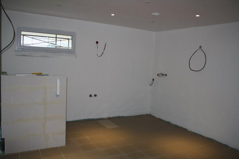 antonin et tom le plafond est fini les murs attendent leur peinture d finitive qui sera grise. Black Bedroom Furniture Sets. Home Design Ideas