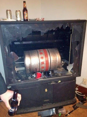Kaputter Fernseher bei Bier Party lustig
