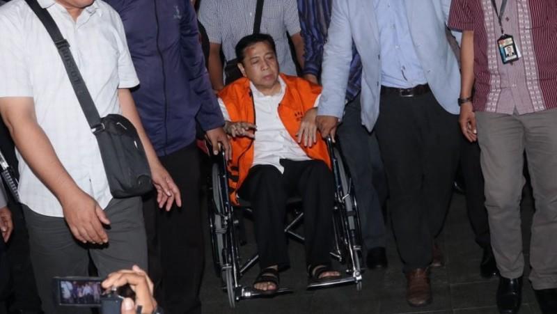Setya Novanto tiba di gedung KPK memakai kursi roda