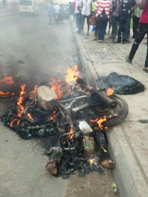 See How An 'Expert' Okada Rider Thief Burnt To Death Today In Lagos