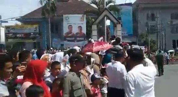 Masyarakat dan Pelajar Rela Berpanasan Menanti Kedatangan Presiden Joko Widodo di Siantar