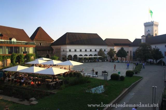 Vistas al patio del castillo de Ljubljana desde las murallas