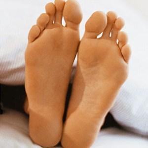 Aroma yang tidak sedap yang timbul dari kaki tentu sanggup menciptakan menjadi tidak percaya di 9 Cara Menghilangkan Bau Kaki yang Efektif