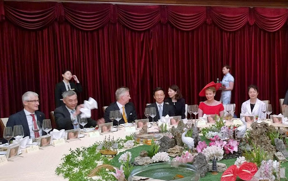 Queen Mathilde of Belgium  at the end of a state banquet with Mayor of Shanghai, Yang Xiong in Shanghai