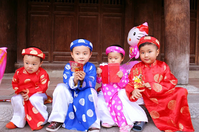 "Traditional custom of ""Li Xi"" on Tet in Vietnam 1"