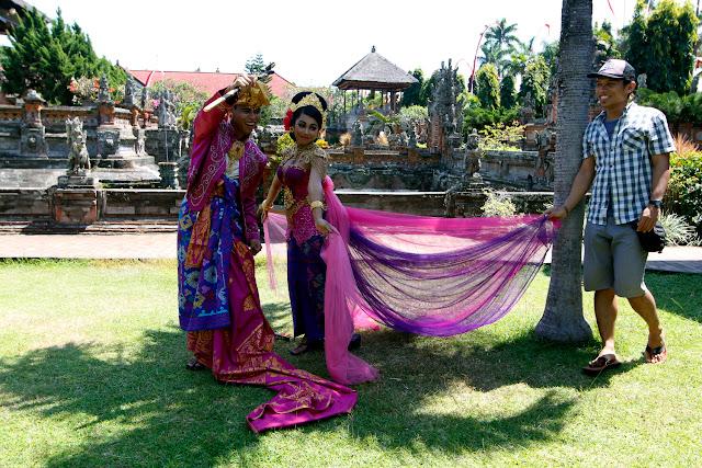 Fotos de unos recién casados en Taman Gili