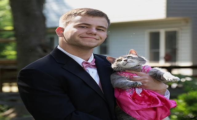 Fofura:  Garoto leva sua gata para à formatura e rouba a cena