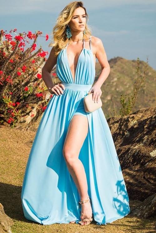 vestido  azul claro longo com fenda