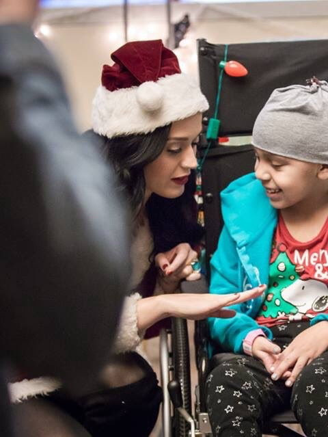 Katy Perry – Visiting a Children's Hospital in Los Angeles