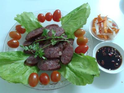 Lạp xưởng trộn salad