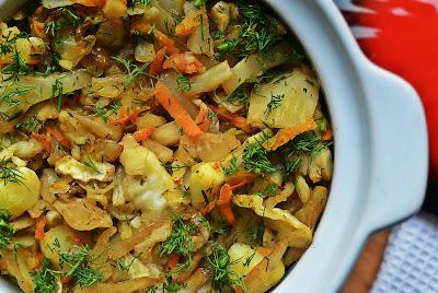 Zapiekana biała kapusta z ziemniakami, marchewką i koperkiem