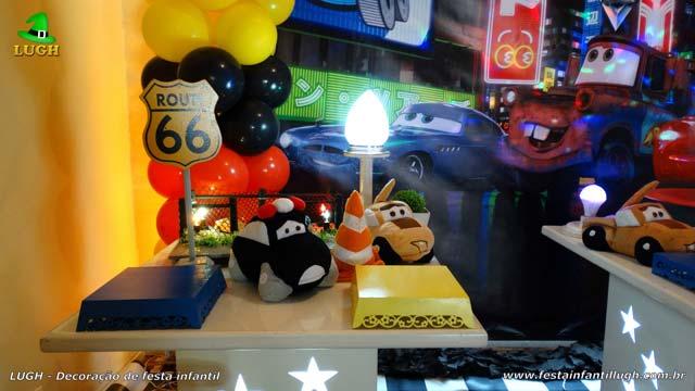 Decoração da mesa do bolo tema Carros (Disney) - Aniversário infantil