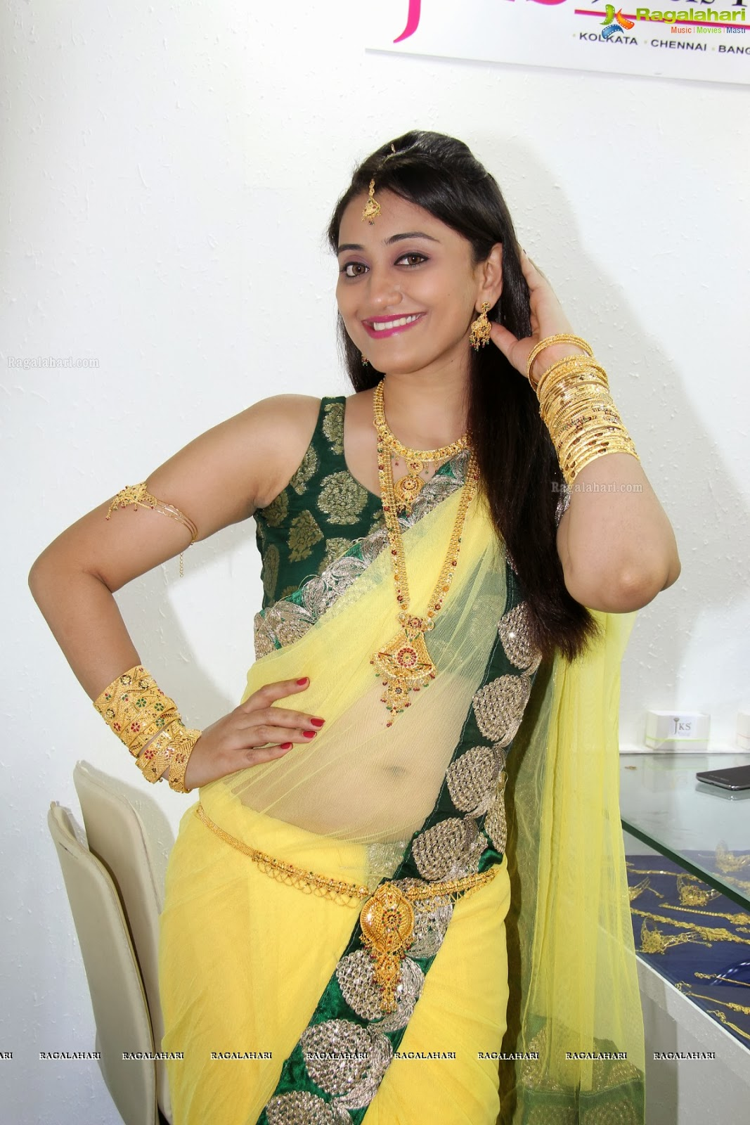 Indian desi girl cleavage