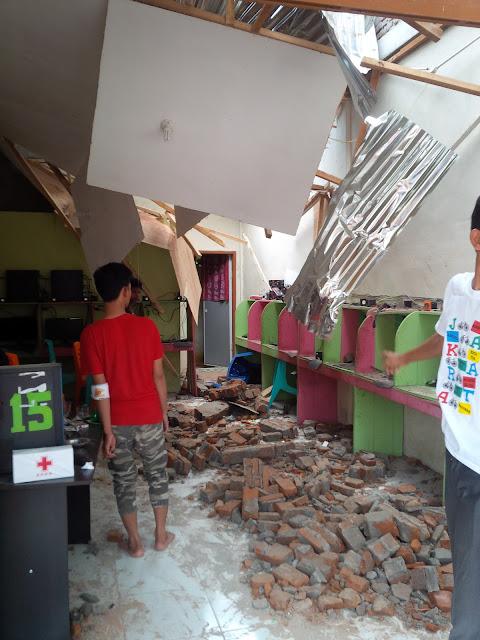korban luka ringan terkena runtuhan bangunan