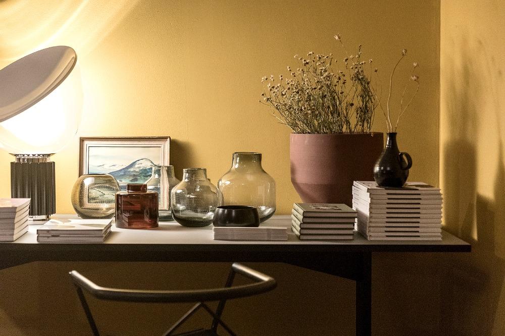 Anno, Annocollection, design, kotimainen, sisustus, sisustaminen, sisustusinspiraatio, Asun-lehti, Asun, Anno-home, Ulla Koskinen, sisustussuunnittelu, Visualaddict, valokuvaaja Frida Steiner, olohuone, keltainen, maalattu seinä, työpöytä
