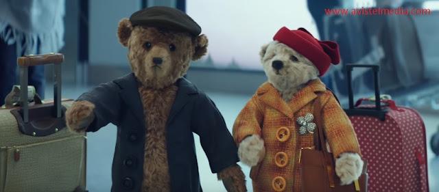 """Aeroportul Heathrow din Londra a lansat prima sa reclamă video de Crăciun cu sloganul """"Să ajungi acasă de sărbători e cel mai frumos cadou"""" oferind un videoclip cu doi ursuleti de plus in vârsta în care aceștia ajung la aeroport."""