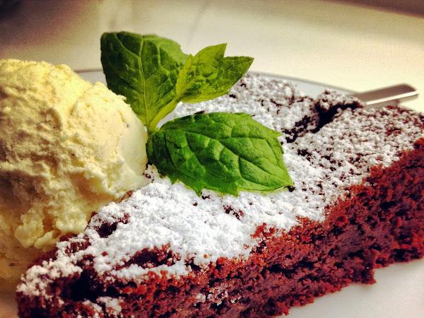 Syntisen ihana Midin suklaakakku.