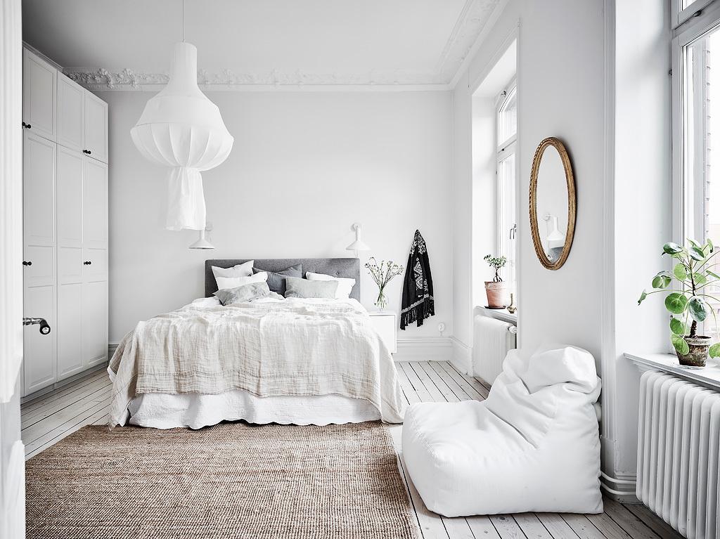 home decor, nordic living, interior design, thonet hair, black and white, sofa, coffe table, gold mirror.