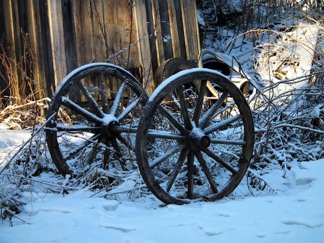 kärrynpyörät, vanha pihamiljöö, talvi, lumi, valo