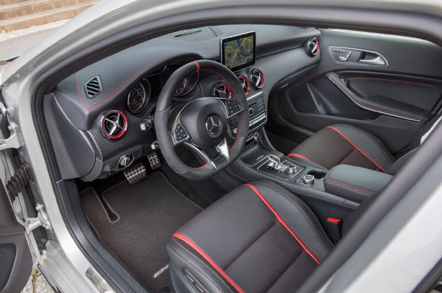 Mercedes AMG A45 4MATIC thiết kế nội thất đen đỏ tương phản