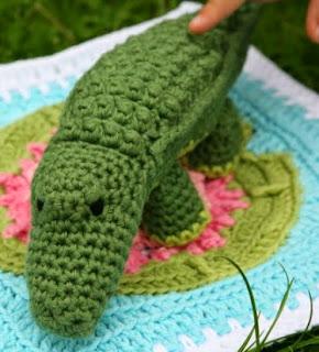 http://translate.google.es/translate?hl=es&sl=en&tl=es&u=http%3A%2F%2Fwww.lookatwhatimade.net%2Fcrafts%2Fyarn%2Fcrochet%2Ffree-crochet-patterns%2Fcolin-crochet-crocodile-pattern-little-zoo-animal%2F