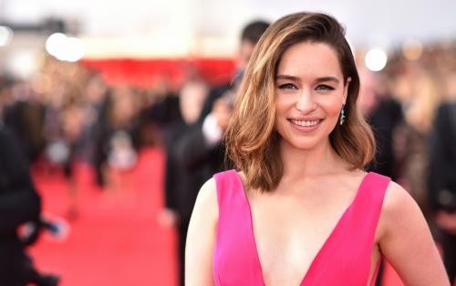 Emilia Clarke Artis Inggris Paling Seksi dan Terpanas