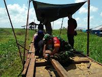 Dekat dengan Rakyat Anggota Koramil 1001-11 Danau Panggang Ikut Gotong Royong Bangun JUT