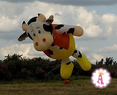 Огромная воздушная корова летает над Николаевской областью