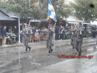 """Tραγουδούν το """"Μακεδονία Ξακουστή"""" με τόση δύναμη και ένταση που χτυπούσαν οι συναγερμοί! (ΒΙΝΤΕΟ)"""