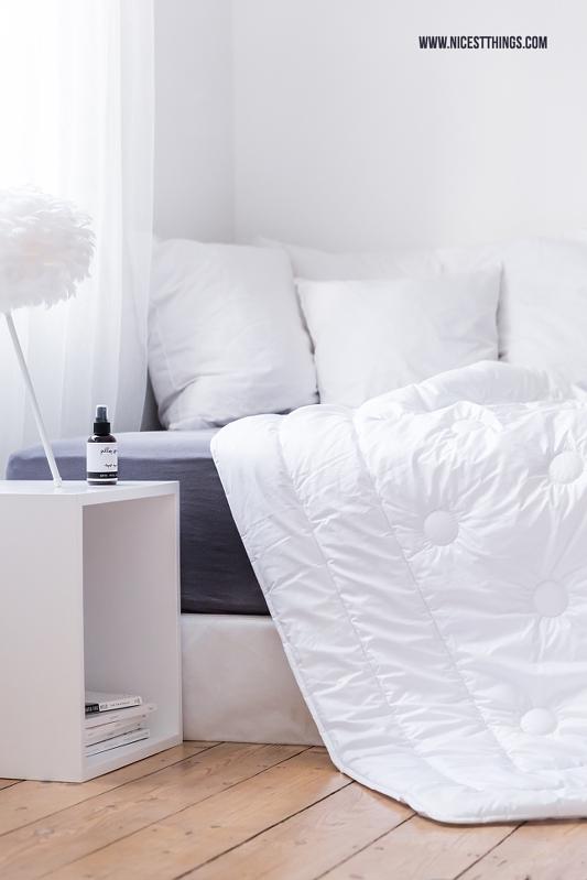 Schlafzimmer Deko mit Boxspring Bett vor Fenster in Weiß Vita Eos Lampe