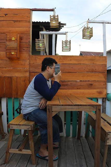 Menikmati cafe di Kampung warna warni Kuantan Tepian Kapuas