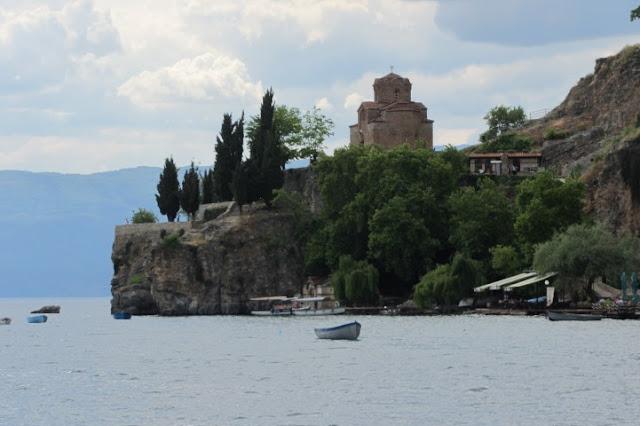 Macedonië, Ohrid,  kerkje op rotspunt van water gezien