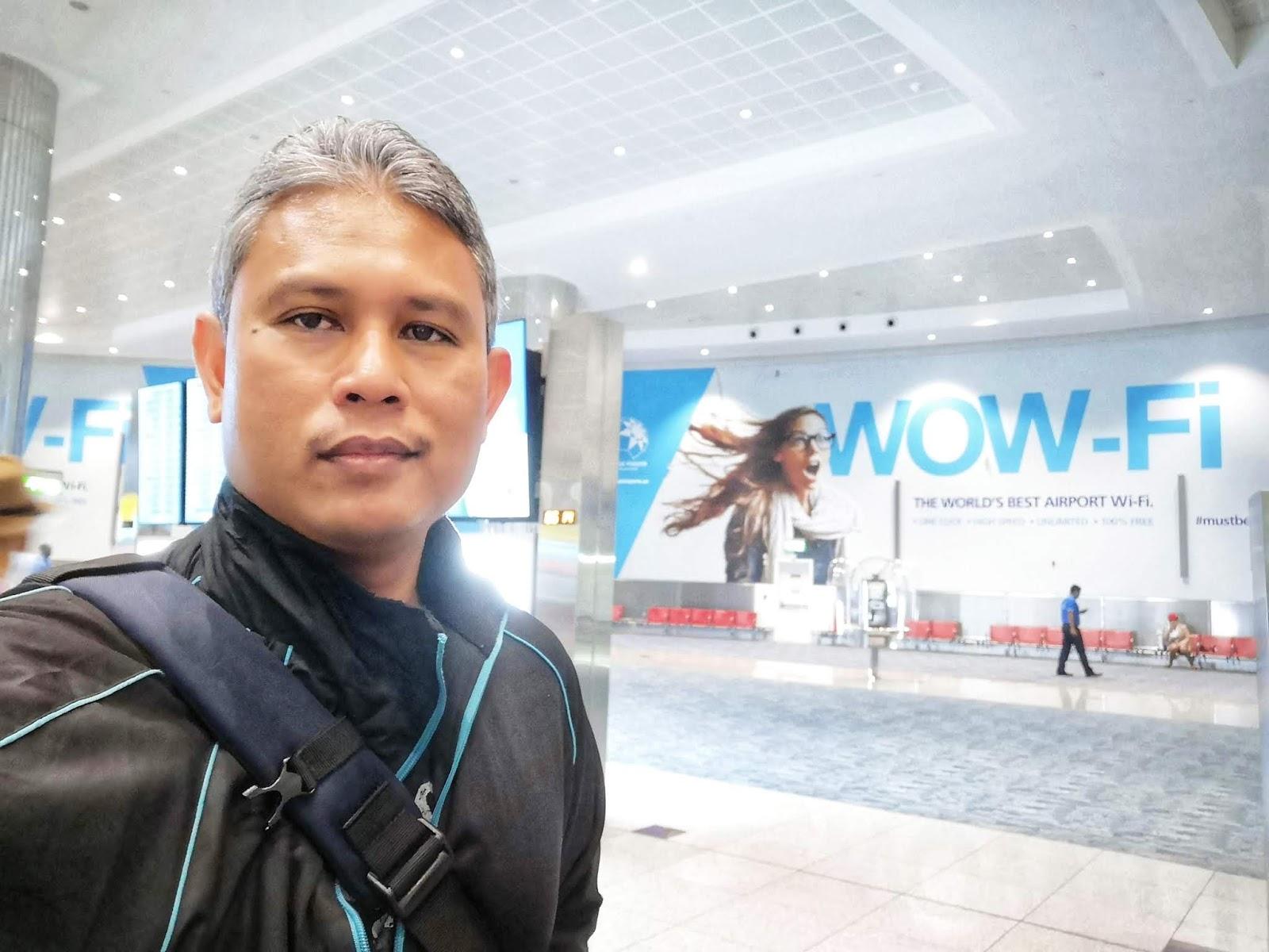 Bersama beg galas di Dubai Airport