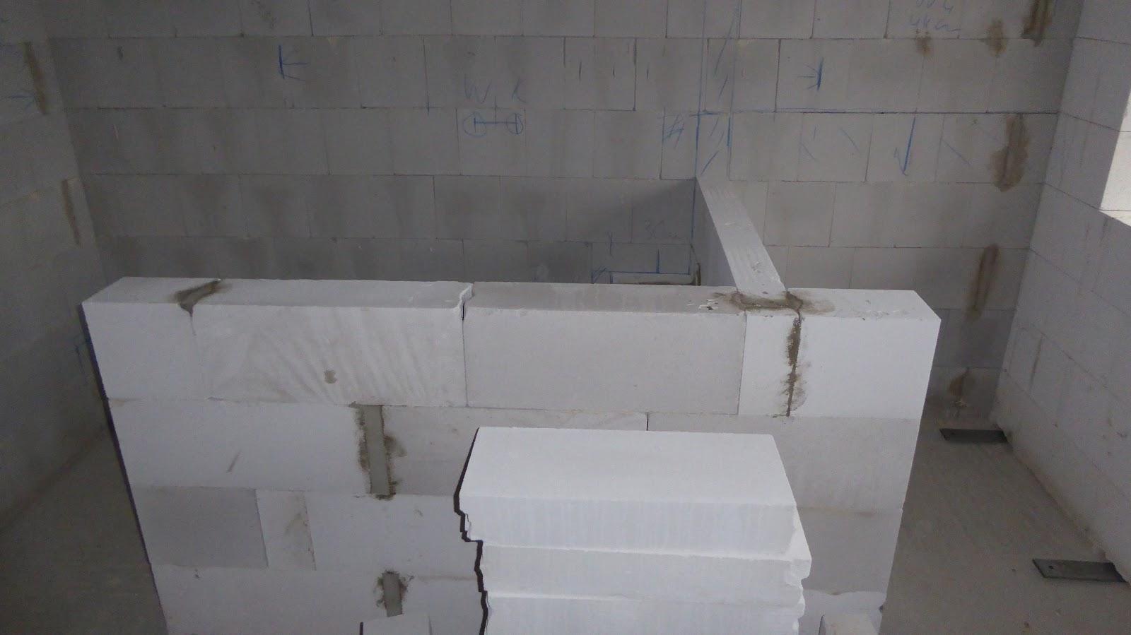 Wir bauen uns ein Haus: Abmauerungen im Bad / Schienen für den Dekor