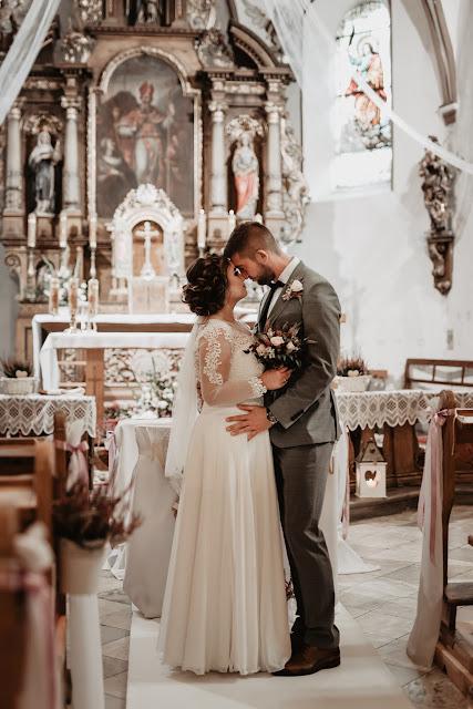 Wzruszająca chwila przed ołtarzem. Ślub Prześwietlone Odbitki
