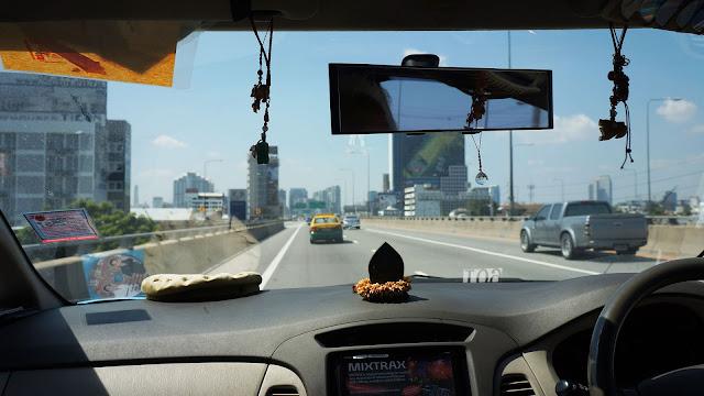 Изображение вида на автотрассу из окна такси