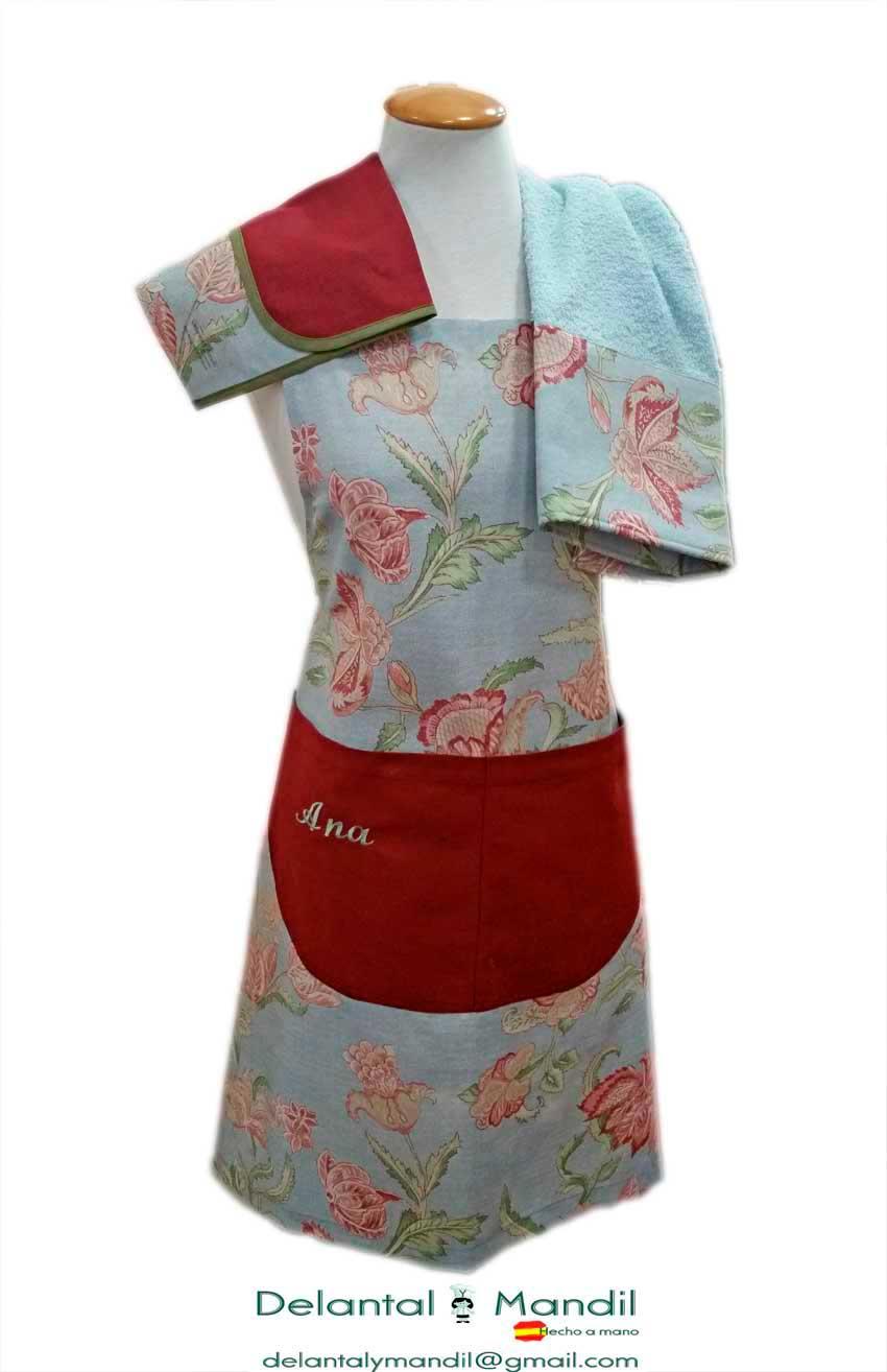 f137be20590 Encima del hombro derecho del maniquí, lleva la funda del delantal, en el  otro hombro, el paño de cocina, que está confeccionado con la misma tela del  ...