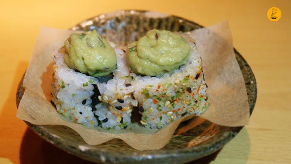 House Roll (maki de atún, salmón, corvina y guacamole) en L´Artisan Furansu Kitchen Madrid