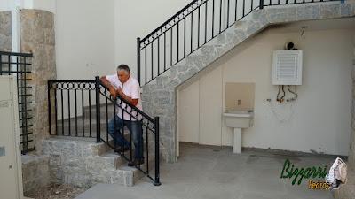 Revestimento com pedras folhetinha de paralelepípedo rachado com as escadas de pedra folheta, os revestimento de pedra na parede em área de serviço de sede de fazenda em Atibaia-SP.