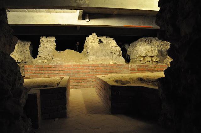 Romański kościół Najświętszego Salwatora w Krakowie - relikty wcześniejszego kościoła w podziemiach