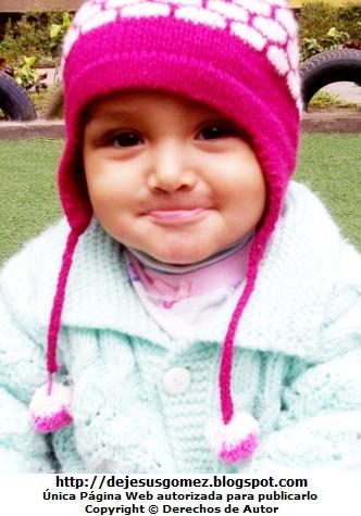 Foto de una hermosa bebé mujer con gorro y chompa. Foto de bebé de Jesus Gómez