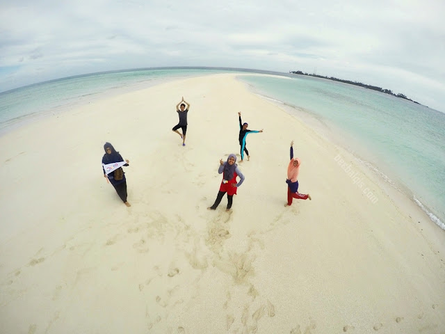 Have fun in Gusung Sanggalau Beach in Derawan Island