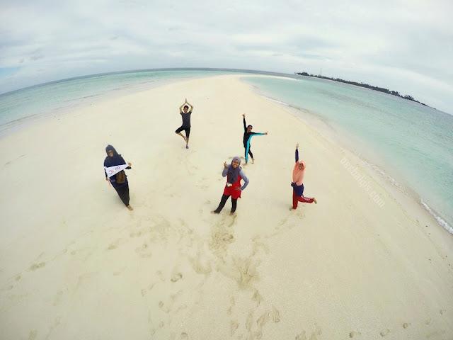 Have fun in Gusung Sanggalau Beach in Derawan Island