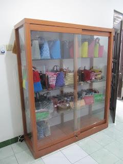 Lemari Etalase Display Untuk Produk Tas - Furniture Semarang