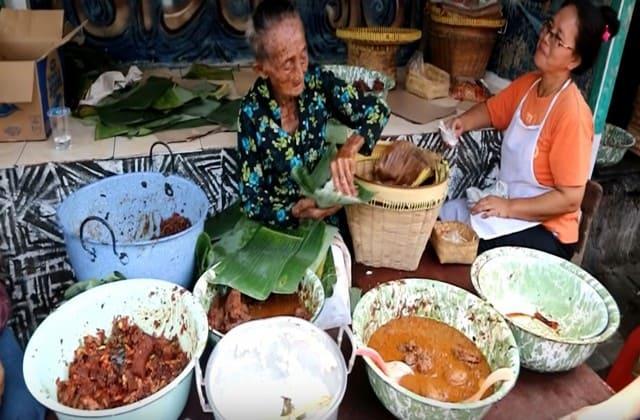 Gudeg Mbah Lindu Sosrowijayan di Malioboro, uniknya lagi, si mbah ini sudah berusia hampir 100 tahun loh