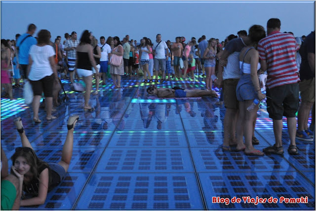 Adultos y niños en el Saludo al Sol a la Puesta del Sol en Zadar, Blog de Viajes Croacia