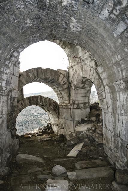 Estructura arqueada de acceso a la cávea vista desde el interior.