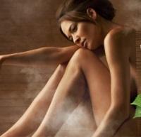 Περιποίηση επιδερμίδας swedish spa γυναίκα γυμνή με καστανά μαλλιά και λυγισμένα πόδια