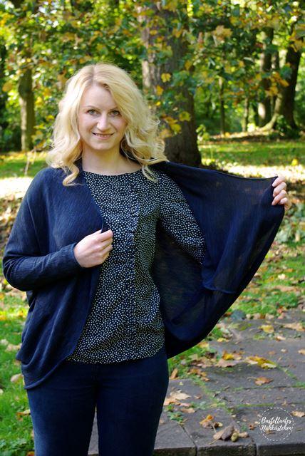 Frau mit Cardigan Frollein aus Stick in Blau Schnittmuster von mojoanma selbst genähte Damen Strickjacke Bluse Greta FinasIdeen
